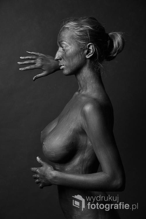 """Fotografia wykonana w roku 2011. Na potrzeby sesji ciało modelki pomalowane farbą do bodypaintingu. Fotografi nagrodzona m.in podczas 1st International Exhibition of Photography """"BIG APPLE 2018″ w Nowym Jorku."""