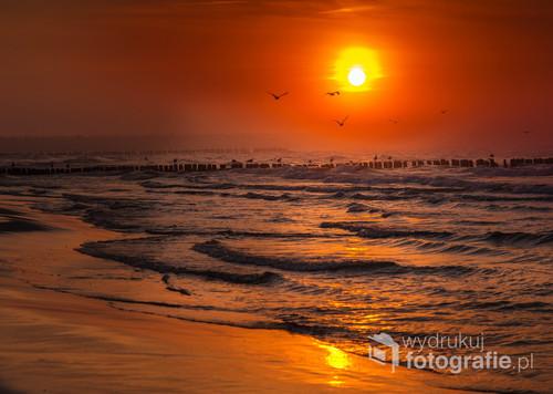 Będą w Kołobrzegu i czekając na zachód słońca nagle zauważyłam ze w  stronę plaży od morza sunie potężna mgła. Pierwszy raz widziałam to zjawisko...