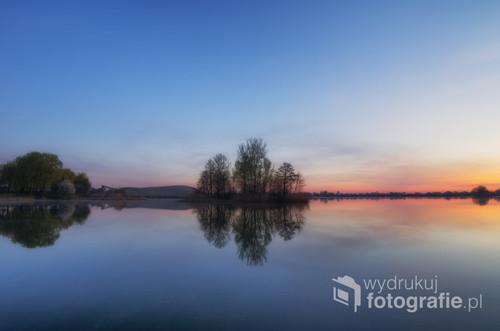 Pogodny wiosenny poranek nad zbiornikiem wodnym w miejscowości Radymno (podkarpackie).