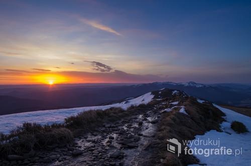 Wschód słońca uchwycony wczesną wiosną na Połoninie Wetlińskiej