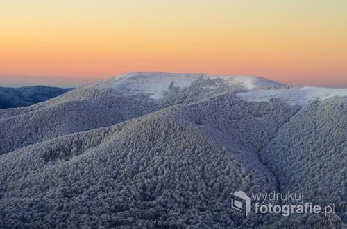 Masyw Wielkiej Rawki w Bieszczadzkim Parku Narodowym. Zdjęcie wykonane w zimowy poranek z Połoniny Caryńskiej