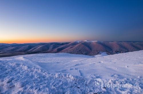 Zdjęcie wykonane na Połoninie Caryńskiej w mroźny poranek tuż przed wschodem słońca. W oddali widoczna Wielka Rawka
