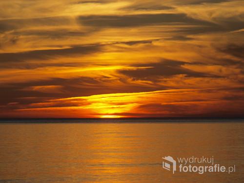 Zachód słońca nad morzem. Wicie.