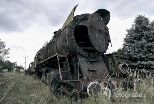 Stara lokomotywa stojąca na bocznicy.