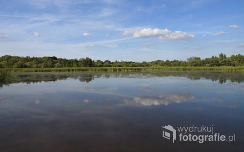 Jezioro w słoneczny dzień.