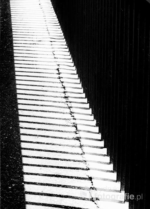 Cień poręczy wykonany na jednym z mostów w Krakowie.