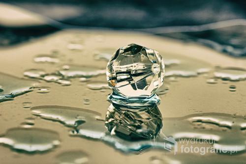 Kryształ między kroplami wody.