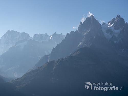Zdjęcie zostało wykonane na szlaku wiodącym do Lac Blanc w Alpach. Był wczesny poranek.