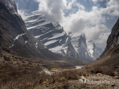 Treking w Nepalu to jedno z najbardziej wspaniałych przeżyć. Wędrowałam przez około 10 dni z prawie 15 kg plecakiem na plecach. Od schorniska do schroniska. W Deszczu, słońcu i zimnym wierze. Nocami bywało tak zimno, ze zasypiałam w czapce i rękawiczkach. Na tym zdjęciu pokazuję jedno z piękniejszych miejsc. Cenię je za kolorystykę oraz majestat gór w tle.