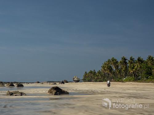 Birmańskie plaże mają w sobie coś niezwykłego. Kilometry szerokich piaszczystych połaci. Czasem przejedzie quad, czasem będzie ktoś pędził na motorze, innym razem wzdłuż brzegu będą dreptały krowy. To zdjęcie wykonane jest na plaży w miejscowości Ngwe Saung. Cudnej nadmorskiej oazie.