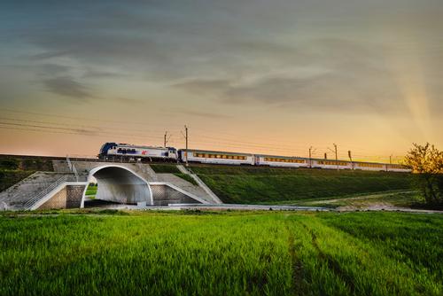 Fotografia została zrobiona w pobliżu dawnej stacji PKP Puławy Drewniane. Na zdjęciu pociąg relacji Puławy-Lublin.
