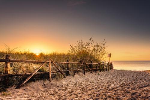 Zachodzące Słońce uchwycone przy wejściu na plażę w Lubiatowie.