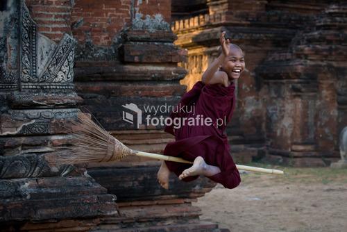 Młody mnich, tzw. nowicjusz koło jednej ze świątyń w Bagan, Birma