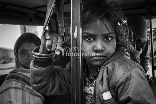Dziewczynka podróżuje ze swoją rodziną małym tuk-tukiem na przedmieściach Bundi, Indie