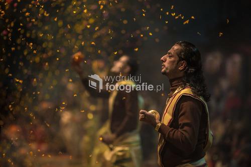 Fotografia przedstawia kapłanów bóstwa Shivy podczas wieczornej ceremonii religijnej nad rzeką Ganges w Varanasi, Indie