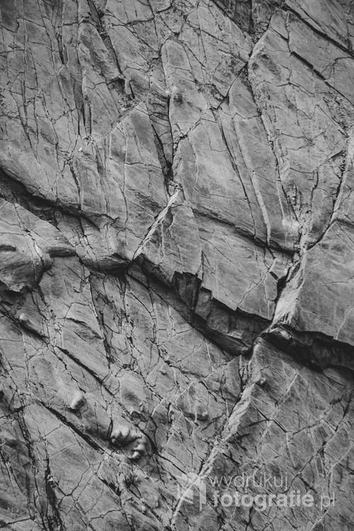Zdjęcie z serii przedstawiającej niezwykle ciekawe wzory piaskowców kwarcowych w Bieszczadach.