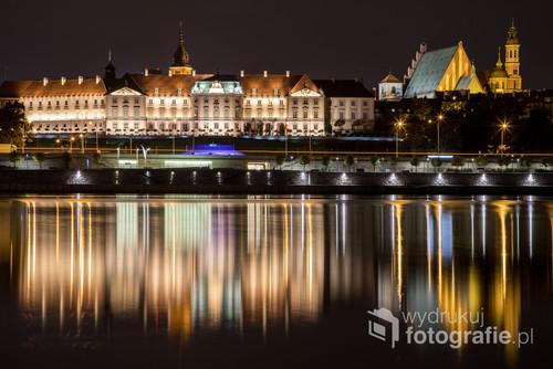 Warszawa Starówka zdjęcie zrobione nocą z praskiej strony Wisły z długim czasem naświetlania