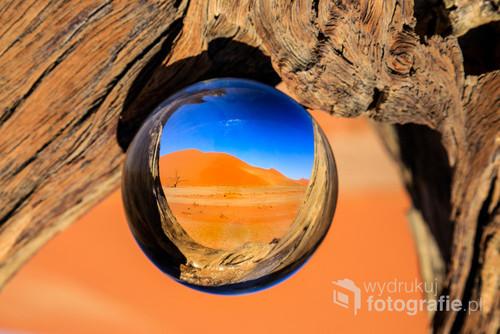 Najpiękniejsza pustynia na Świecie - pustynia Namib. Zdjęcie przedstawia odbicie wydmy 45 w kryształowej kuli.