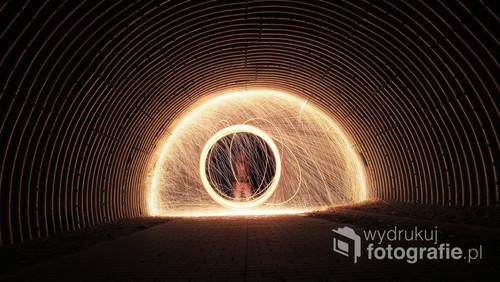 Fotografia przedstawiająca mnie w spirali iskier w tunelu. Jest to jedno z moich pierwszy zdjęć z serii