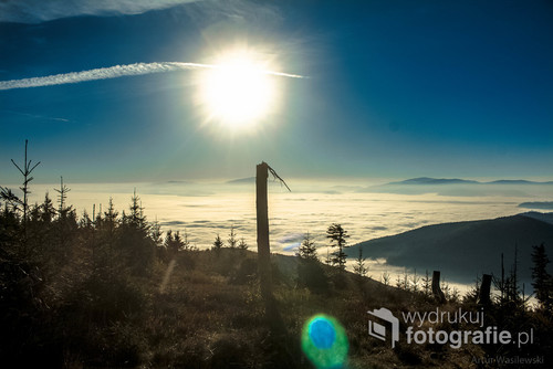 Zdjęcie zrobione podczas wschodu słońca na Magurze w Beskidzie Śląskim. Z tego szczytu widoczna jest Babia Góra oraz Pilsko.