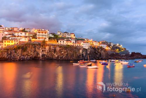 Camara de Lobos. Wioska rybacka położona na zachód od Funchal.Specyficzny klimat tworzą tam sami rybacy i ich rodziny grający wieczorem w karty,warcaby,popijający piwo.Warto tam wpaść przy okazji wizyty na Maderze.Wartość przysłony f8,15s na 20mm