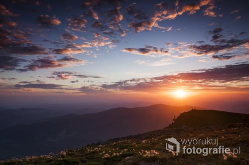 Letni i bardzo ciekawy wschód słońca na Babiej Górze.