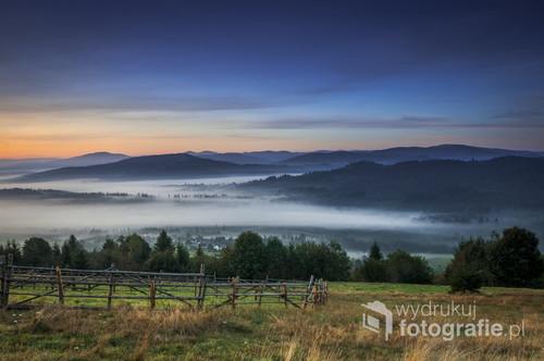Mgliście, bajkowy wschód słońca padający na okoliczne szczyty i doliny Ochodzitej w Beskidach