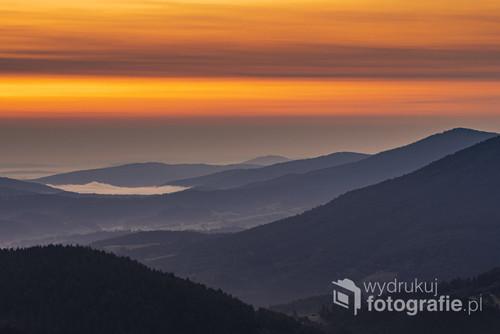 Zanim pojawi się słońce na horyzoncie, niebo opanowane jest przez piękne kolory. Tym razem wschód widziany jest z Kiczery w Beskidzie Małym