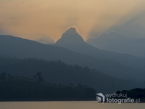 Zdjęcie wykonane u stóp Adams Peak nad pięknym jeziorem i wśród dzikiej natury Sri Lanki