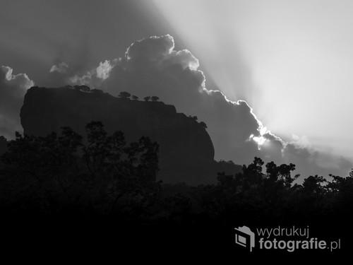 Sigiriya oraz widok na Lwią Skałę spod jej stóp - Cejlon