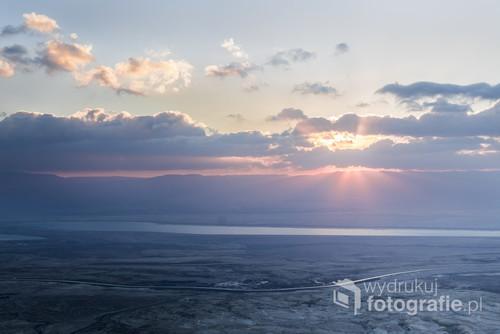 Widok z twierdzy Masada na Morze Martwe w Izraelu