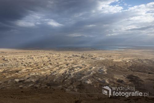 Pierwsze promienie słońca padające na okolice twierdzy Masada