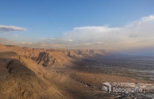 Pierwsze promienie słońca padające na okolice twierdzy Masada w Izraelu