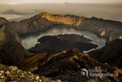 Zdjęcie wykonałam podczas wchodzenia na wulkan Rinjani w Indonezjii W tle widać wulkan na sąsiedniej wyspie - Bali.  Zdjęcie wyróżnione w National Geographic Traveler Photo Contest 2015 w dziesiątym tygodniu konkursu, więcej: https://the-ollie.com/wspolpraca/
