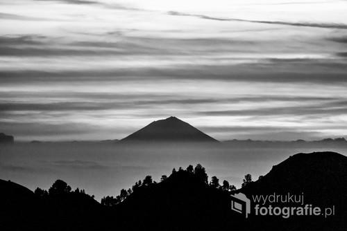Zdjęcie wykonałam podczas wchodzenia na wulkan Rinjani w Indonezjii, warstwa chmur pokazuje tylko szczyt wulkany na sąsiedniej wyspie.