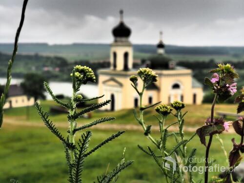 W tle cerkiew w Chocimiu na Ukrainie z 1835r..