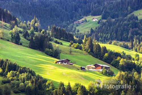 Fotografię wykonałem podczas wakacji w Austrii w miejscowości Sankt Johann im Pongau. Tego dnia niebo od rana było całkowicie zachmurzone. Słońce przebiło się dosłownie na kilkanaście minut - na szczęście zdążyłem zrobić zdjęcie.