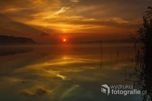 Wschód słońca nad zalewem Chańcza.