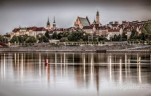 Widok Starego Miasta w Warszawie z drugiego brzegu Wisły. Zdjęcie wykonane latem 2018 r.