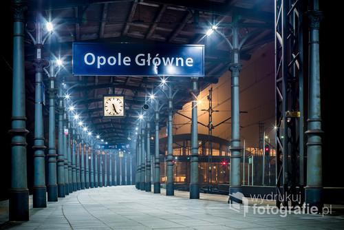 Dworzec Główny w Opolu na dwie godziny przed wschodem słońca, w poniedziałek, tuż przed przyjazdem pierwszych pociągów z dojeżdżającymi do pracy ludźmi