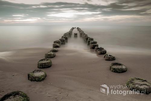 Stary falochron u wybrzeży Morza Bałtyckiego