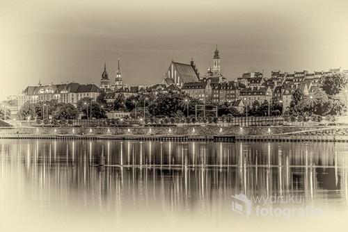 Współczesna fotografia warszawskiej Starówki przekształcona do zdjęcia na starej kliszy AGFA