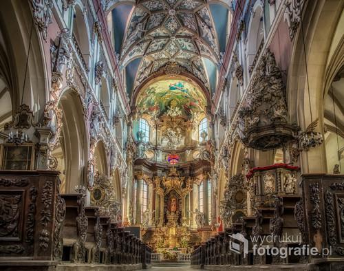 Nawa główna kolegiaty Wniebowzięcia NMP w Kłodzku. Kościół obecny, w stylu gotyckim budowany był przez prawie 100 lat , od poł. XV wieku do poł. XVI wieku. Ołtarz główny z XVIII wieku. Jest to najwspanialszy zabytek architektury sakralnej Kotliny Kłodzkiej