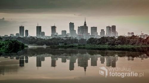 Wieżowce centrum Warszawy widziane z Mostu Siekierkowskiego. W rzeczywistości nie można uzyskać takiego odbicia w wodach Wisły. Uzyskano to komputerowo