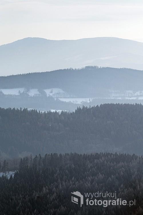Widok z Góry Borówkowej w Górach Opawskich. Klasyczna perspektywa powietrzna, polegająca na tym, że im większa odległość, tym jaśniejszy rysunek