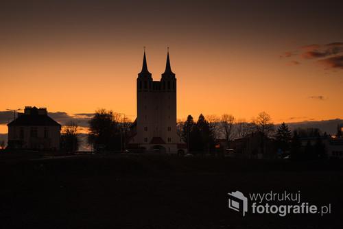 Monumentalny kościół pod wezwaniem św. Józefa w Opolu Szczepanowicach, widoczny z daleka, o zachodzie słońca 2020 r.