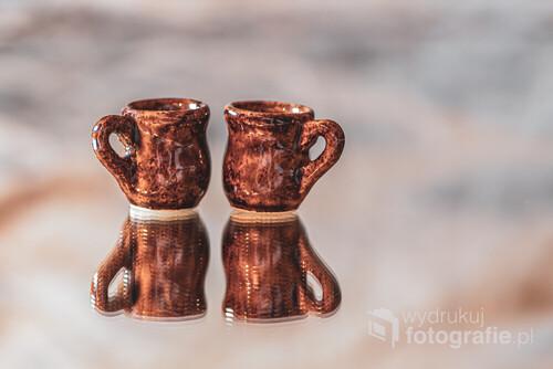 Dwa malutkie ceramiczne kubeczki. W rzeczywistości są wielkości naparstka. Zdjęcie wykonane obiektywem makro