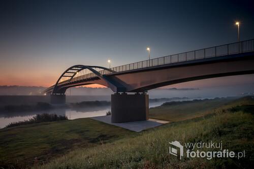 Otwarty 20 września 2020 r. most rowerowo-pieszy nad Kanałem Ulgi w Opolu w porannej mgle pierwszego dnia jesieni 2020 r.