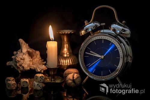 martwa natura z zegarem - fortuna kołem się toczy