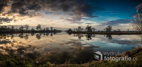 Miejsce gdzie dzielą się wody Odry i Kanału Ulgi przed Opolem. Z lewej Odra i światło wschodzącego słońca. Z prawej Kanał Ulgi i zanikająca ciemność nocy